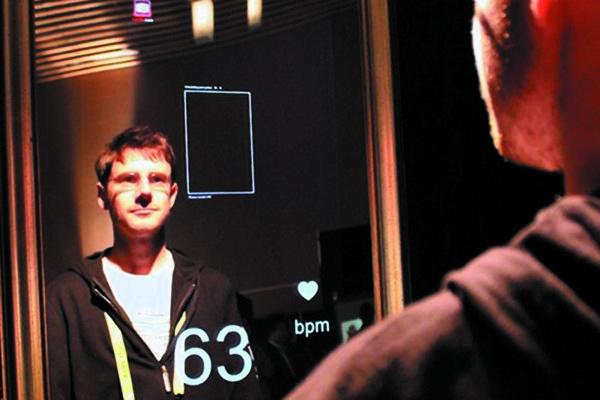Интерактивная система Smart Mirror сфункцией измерения частоты пульса (только поанализу изображения) исотображением частоты пульса на экране