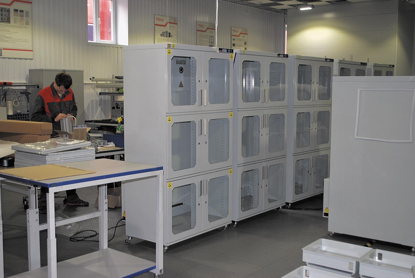 Шкафы сухого хранения предназначены для хранения и защиты от влаги радиоэлементов, печатных плат, электронных блоков и других изделий, относящихся не только к электронной, но и к химической промышленности, включая фарминдустрию