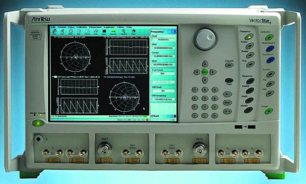 Двухпортовый радиочастотный и микроволновый векторный анализатор и мультиметр цепей серии MS4640 фирмы Anritsu с частотами от 70 кГц до 60/110/500 ГГц