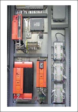 Вид внутренней части шкафа управления с модулем CPU/DIO и двумя модулями DIO24/24