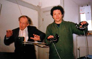 Рис .12. Л. Термен и М. Вайсвиц импровизируют на терменвоксах, 1993 год