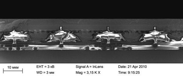 Скол детектора после проведения flip-chip гибридизации. (Хорошо виден контакт между мультиплексором и фоточувствительной частью посредством индия; также хорошо видны элементы двумерной дифракционной решетки)