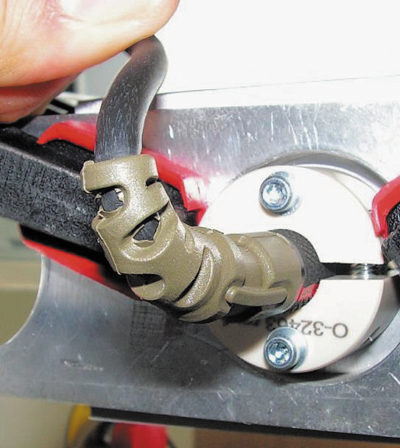 Гибкий хвостовик соединителя защищает кабель от повреждения при изгибах