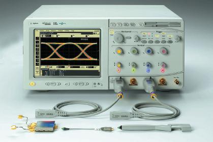 Рис. 1. Измерительная система на базе осциллографа реального времени, показанная с головками пробников с соединителями SMA, впаиваемыми головками и головками@браузерами (слева направо на переднем плане)