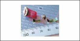 Слуховой аппарат, вживляемый в ухо. Рядом показаны используемые в нем монтажные изделия на гибких печатных платах.