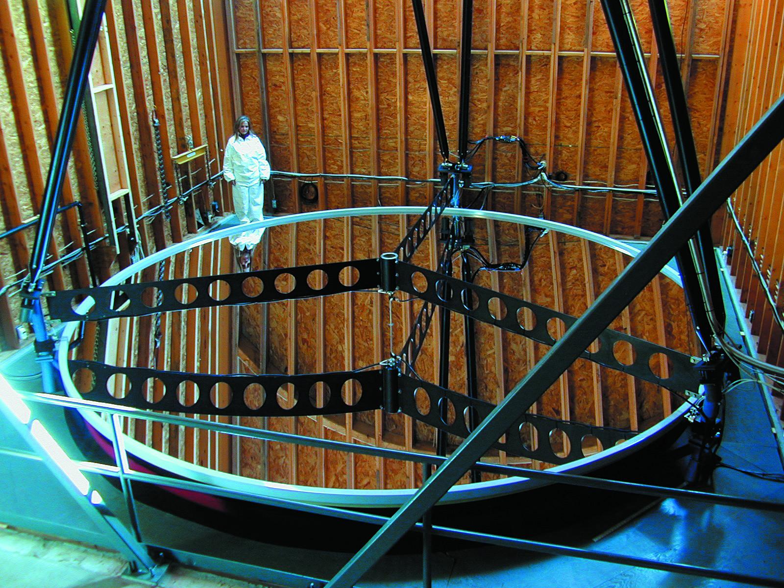Зеркало телескопа с нанесенным отражающим покрытием