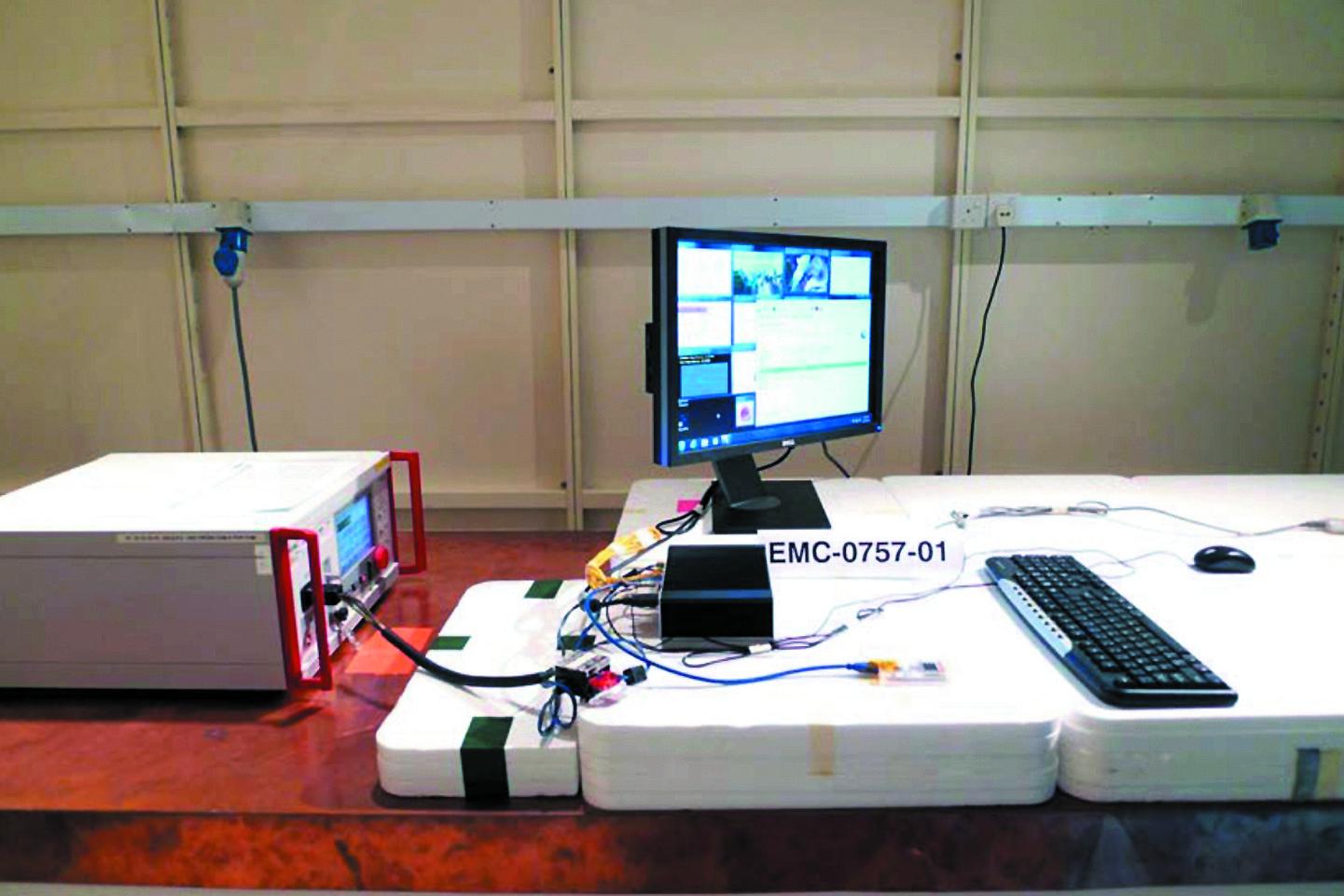 Тестирование образца промышленного ПК Kontron KBox A 101 на устойчивость к воздействию электромагнитных помех (слева — многофункциональный генератор Teseq NSG 3040)