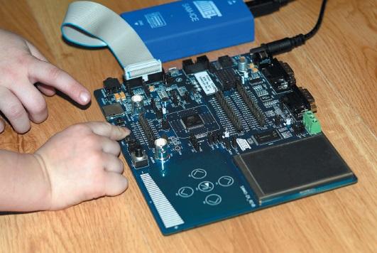 Внешний вид платы SAM4S-EK с подключенным отладочным адаптером