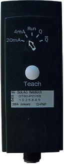 Рис. 6. Тыльная сторона датчика DS60 с кнопкой настройки Teach и индикатором выбора режимов