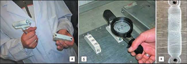 а) Нанесение пасты резиновым роликом; б) контроль плоскостности радиатора; в) контроль качества нанесения после снятия модуля