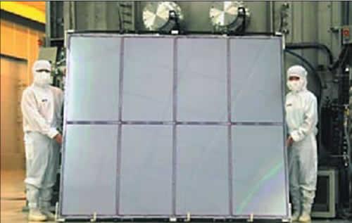 Подложка G8 на фабрике AUO (на заднем плане — вакуумная установка)